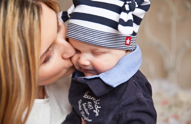 matka líbající dítě