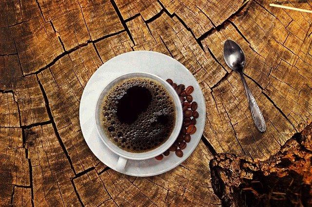 Zrnková káva alebo čaj – čo nám dodá viac energie?