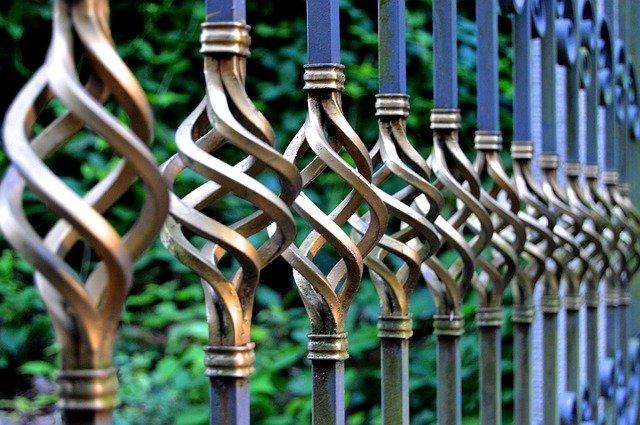 Stavba plotu bez stresu? Hravo ju zvládnete aj sami!