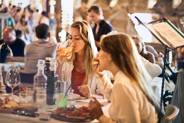 Ženy, ktoré obedujú v reštaurácii.jpg
