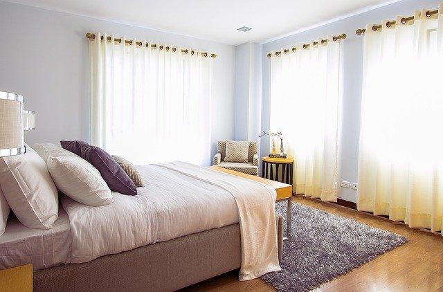 postel v ložnici